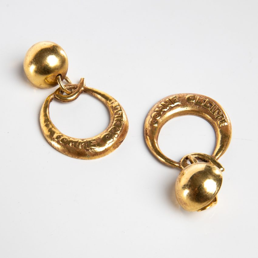 O comme oreille - paire de boucles d'oreilles en bronze doré par Line Vautrin- 05