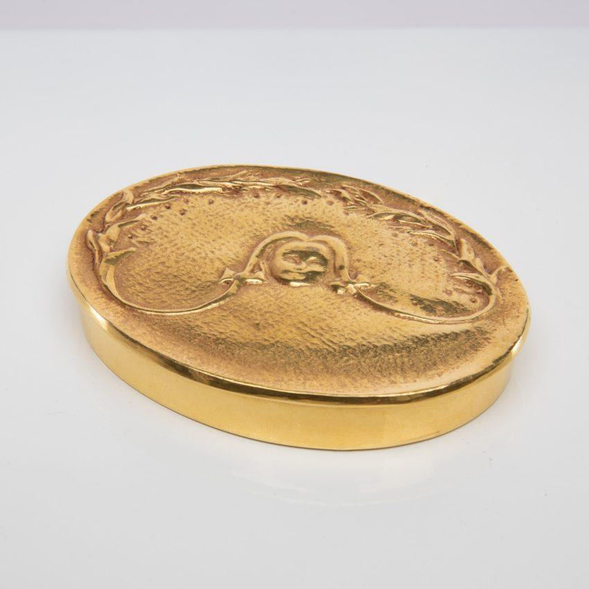 La fille aux nattes poudrier en bronze doré par Line Vautrin - 01