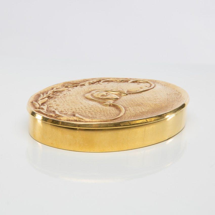 La fille aux nattes poudrier en bronze doré par Line Vautrin - 02