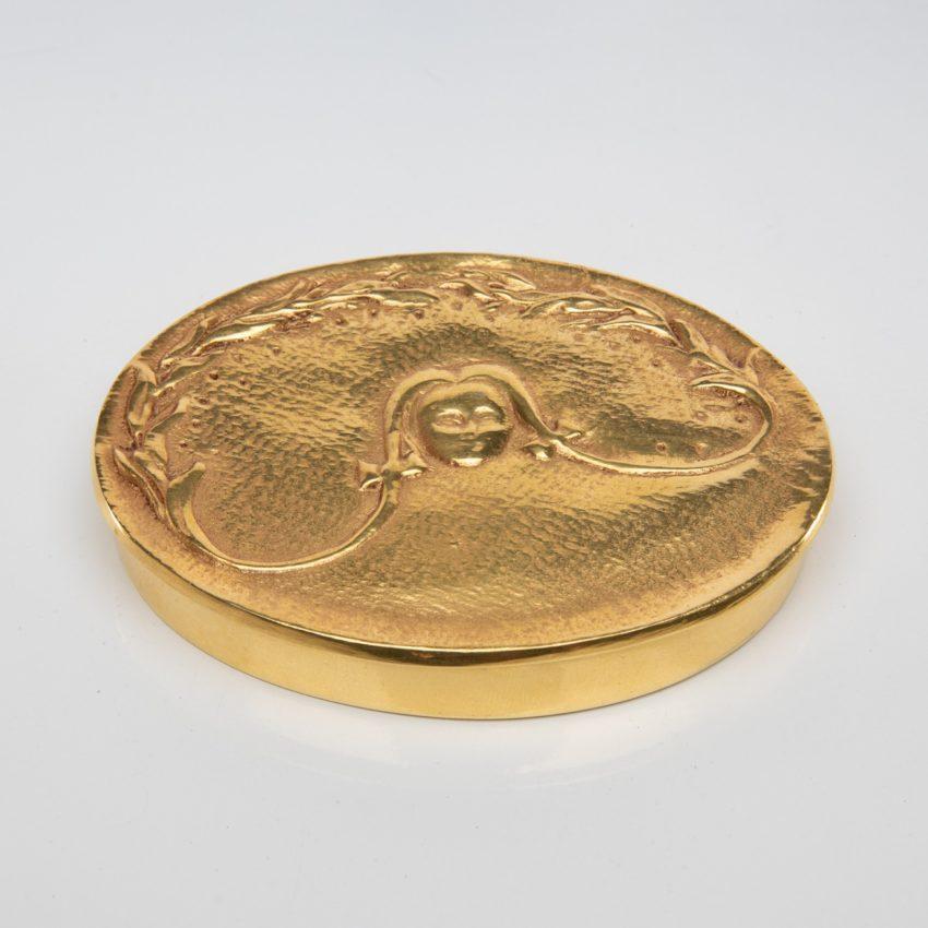 La fille aux nattes poudrier en bronze doré par Line Vautrin - 03