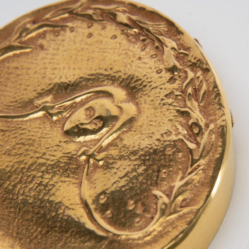 La fille aux nattes poudrier en bronze doré par Line Vautrin - 05
