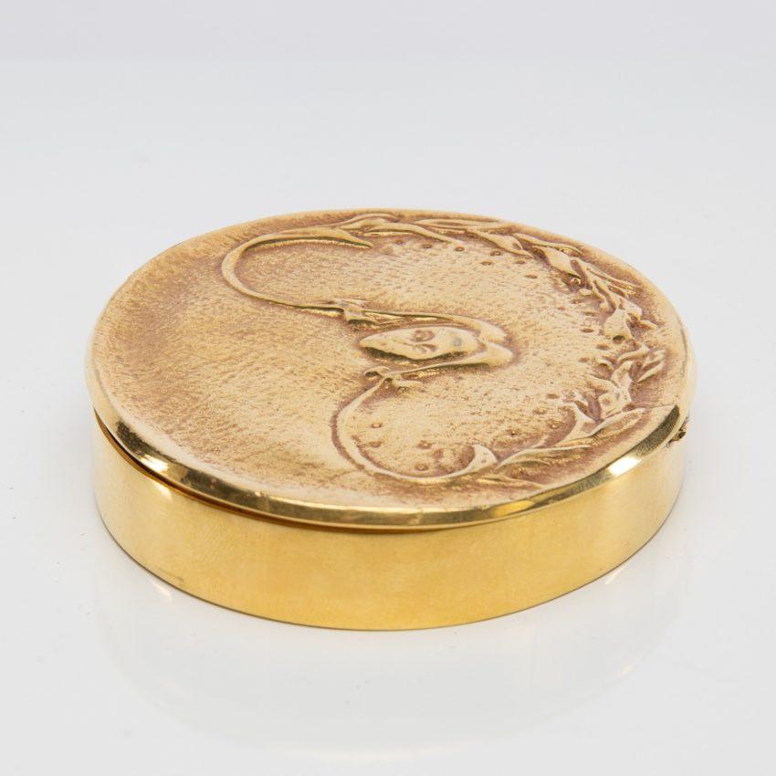 La fille aux nattes poudrier en bronze doré par Line Vautrin - 08