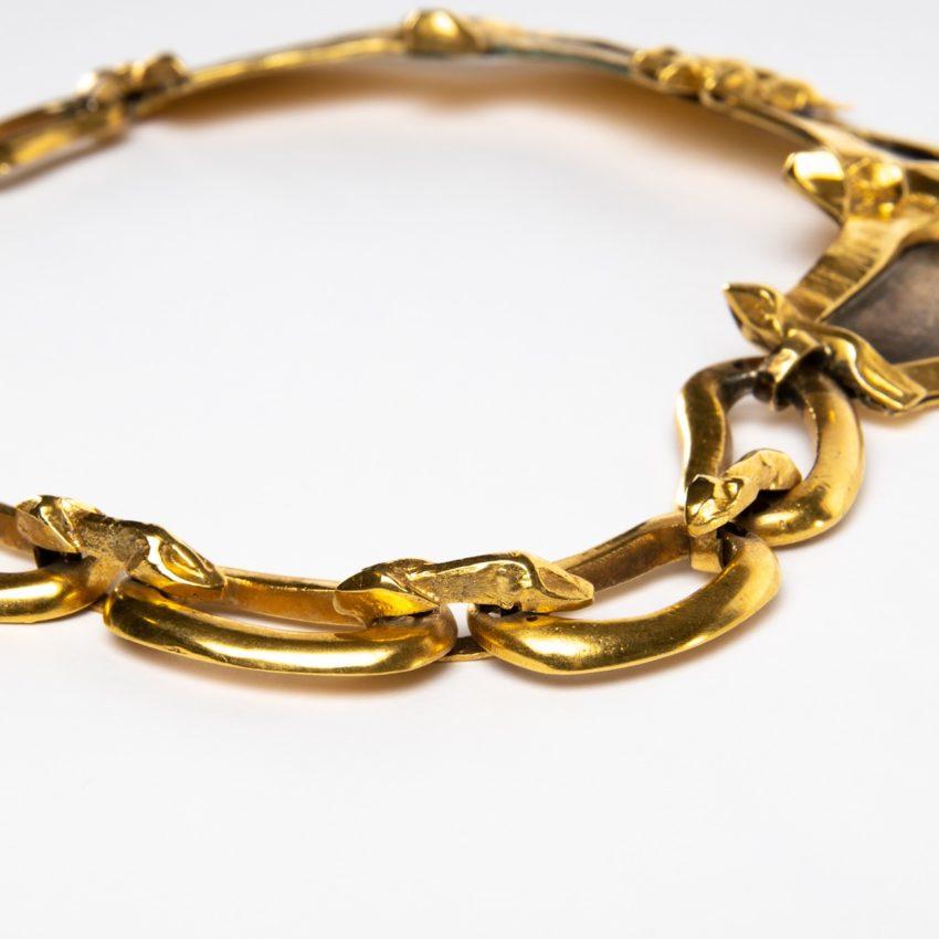 Le gendarme et le voleur by Line Vautrin - gilded bronze necklace - France - 02