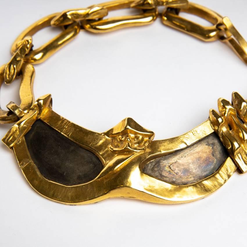 Le gendarme et le voleur by Line Vautrin - gilded bronze necklace - France - 04